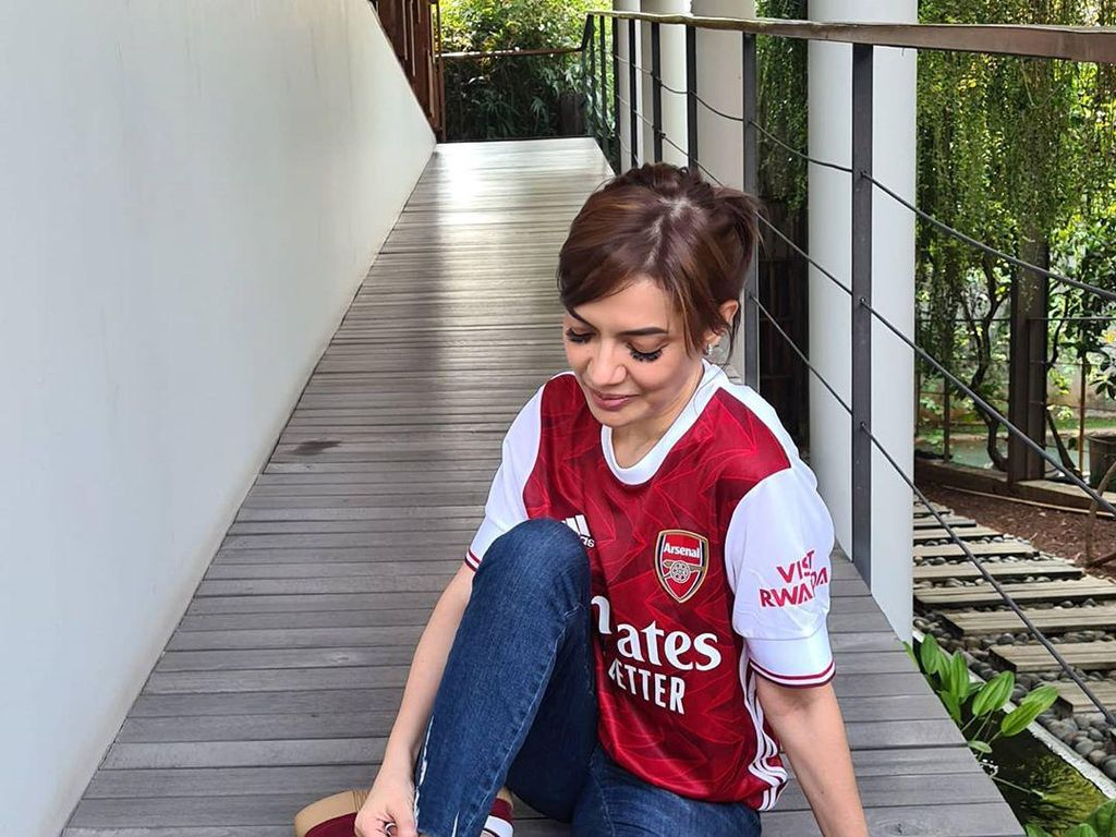 Najwa Shihab MenantiTerawan Pakai Kostum Arsenal, Mengapa?