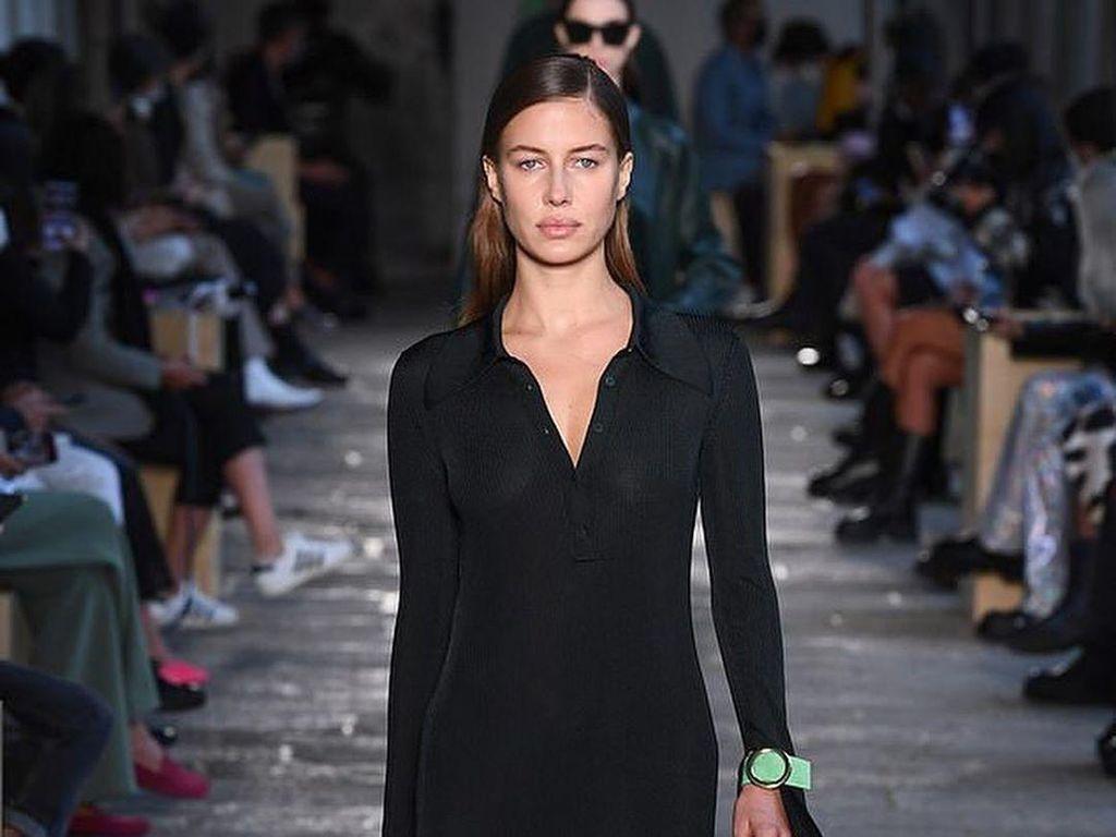 Foto: Aksi Pacar Brad Pitt Tebar Pesona di Milan Fashion Week