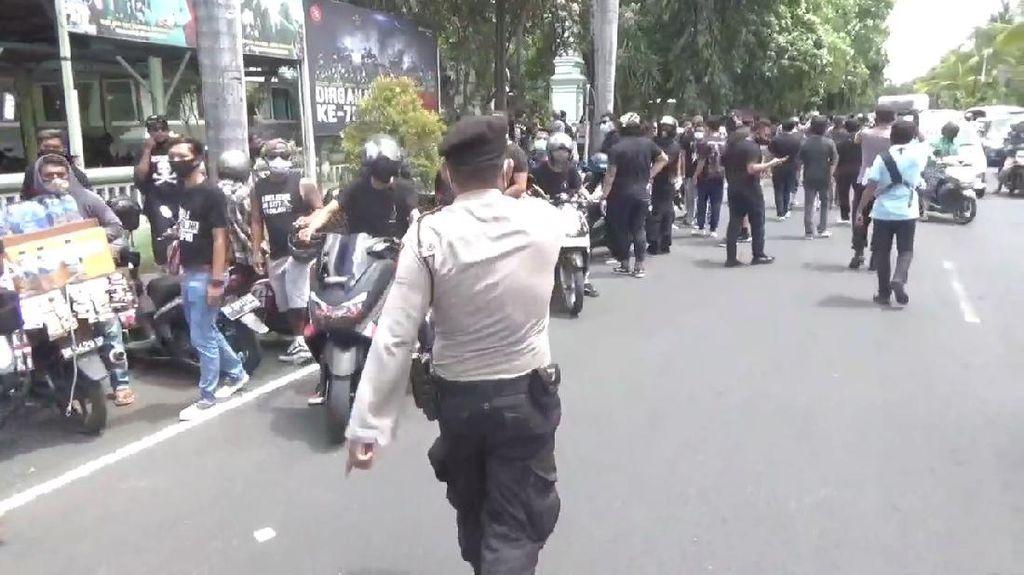 Polisi Bubarkan Demo Pendukung Jerinx di PN Denpasar