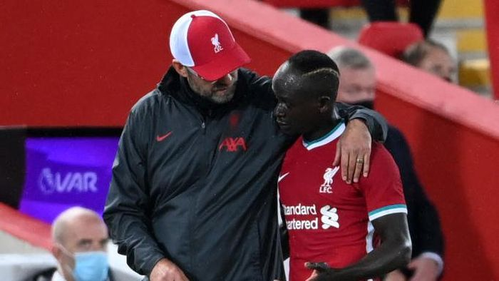 LIVERPOOL, ENGLAND - SEPTEMBER 28: Jurgen Klopp, Manager of Liverpool talks to Sadio Mane during the Premier League match between Liverpool and Arsenal at Anfield on September 28, 2020 in Liverpool, England. Sporting stadiums around the UK remain under strict restrictions due to the Coronavirus Pandemic as Government social distancing laws prohibit fans inside venues resulting in games being played behind closed doors. (Photo by Laurence Griffiths/Getty Images)