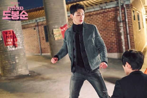 Salah satu bagian terbaik dari serial ini selain melihat Ji Soo berseragam sebagai polisi adalah melihatnya berubah dari pria tangguh menjadi pria yang rentan karena cintanya.