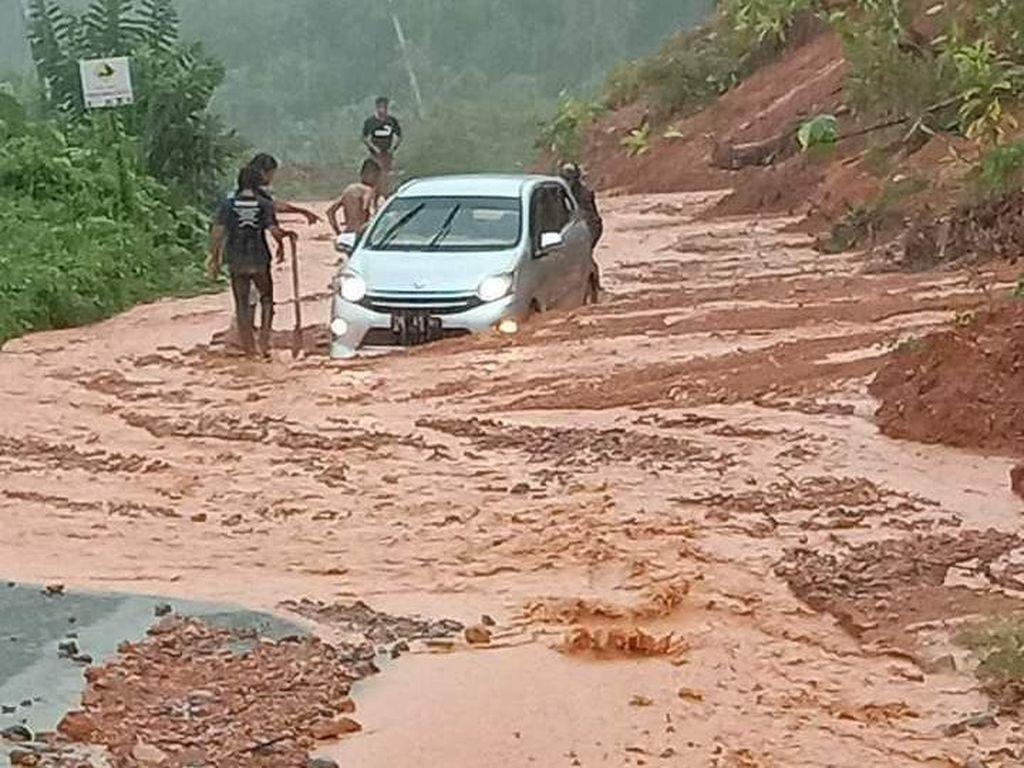 Tertimbun Material Longsor, Jalan Trans Pantai Barat Donggala Lumpuh