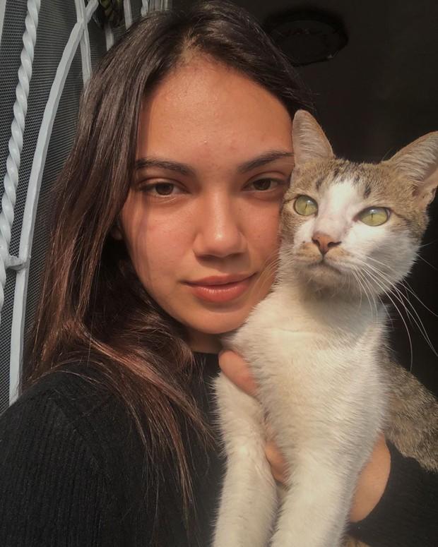 Potret Haico bersama sang kucing kesayangan.