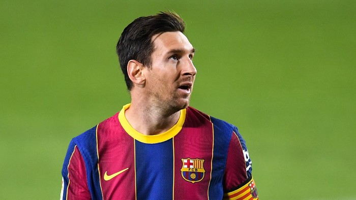 BARCELONA, SPAIN - SEPTEMBER 27: Lionel Messi of FC Barcelona looks on during the La Liga Santander match between FC Barcelona and Villarreal CF at Camp Nou on September 27, 2020 in Barcelona, Spain. Football Stadiums around Europe remain empty due to the Coronavirus Pandemic as Government social distancing laws prohibit fans inside venues resulting in fixtures being played behind closed doors. (Photo by David Ramos/Getty Images)