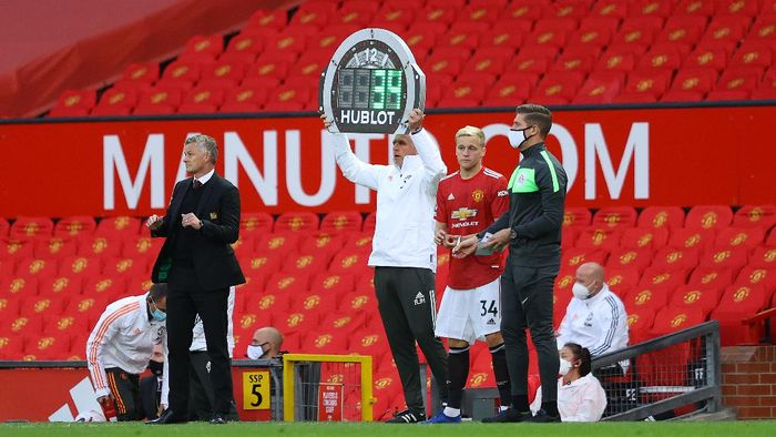MANCHESTER, ENGLAND - SEPTEMBER 19: The fourth official uses the Hublot LED board to display that Donny Van De Beek of Manchester United is being substituted on during the Premier League match between Manchester United and Crystal Palace at Old Trafford on September 19, 2020 in Manchester, England. (Photo by Richard Heathcote/Getty Images )