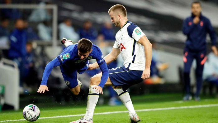LONDON, ENGLAND - SEPTEMBER 29: Mason Mount of Chelsea is challenged by Eric Dier of Tottenham Hotspur during the Carabao Cup fourth round match between Tottenham Hotspur and Chelsea at Tottenham Hotspur Stadium on September 29, 2020 in London, England. Football Stadiums around United Kingdom remain empty due to the Coronavirus Pandemic as Government social distancing laws prohibit fans inside venues resulting in fixtures being played behind closed doors. (Photo by Matt Dunham - Pool/Getty Images)