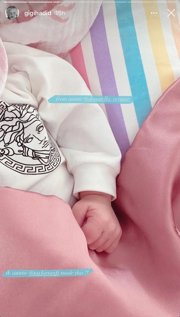 Bayi Gigi Hadid dapat hadiah manis istimewa dari Taylor Swift.