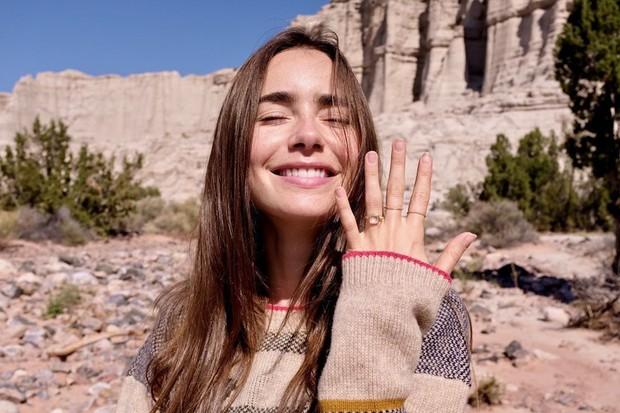 Momen bahagia dan manis itu dibagikan Lily Collins dalam akun Instagram pribadinya. Salah satunya, saat Lily memamerkan cincin tunangan yang tersemat di jari manisnya sembari tersenyum manis ke arah kamera.