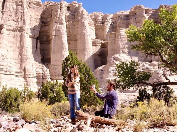 Bintang Hollywood Lily Collinsresmi dilamar sang kekasih, Charlie McDowell. Prosesi lamaran keduanya berlangsung di kawasan New Mexico, Amerika Serikat, dengan latar belakang sebuah bebatuan.