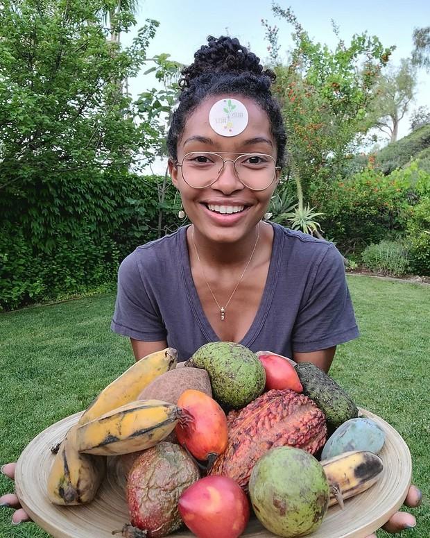 Yara terlihat begitu sumringah ke arah kamera saat memegang satu wadah buah-buahan yang cukup banyak
