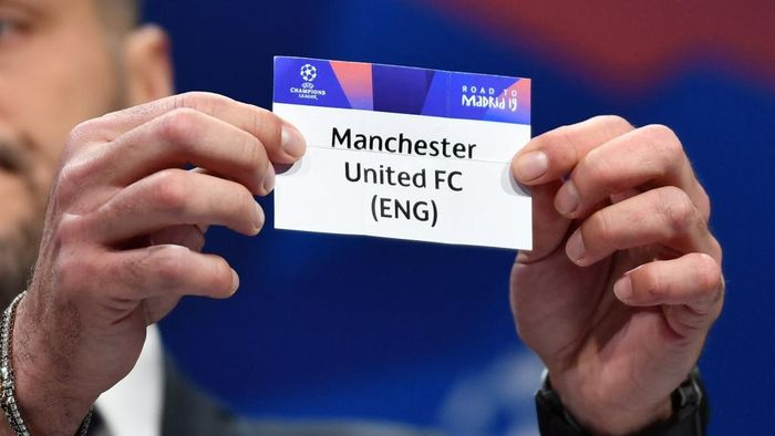 UEFA champions league ambassador and former Brazilian goalkeeper Julio Cesar shows the name of Manchester United football club during the draw for the Champions league quarter-final draw, on March 15, 2019 in Nyon. (Photo by Fabrice COFFRINI / AFP)