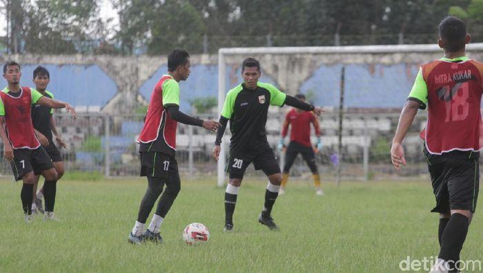Mitra Kukar memulangkan pemain  karena Liga 2 belum akan bergulir lagi.