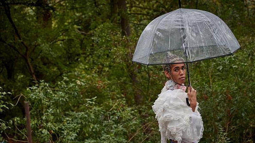 Korban Corona Masih Tinggi, Model Paris Fashion Week Catwalk di Taman