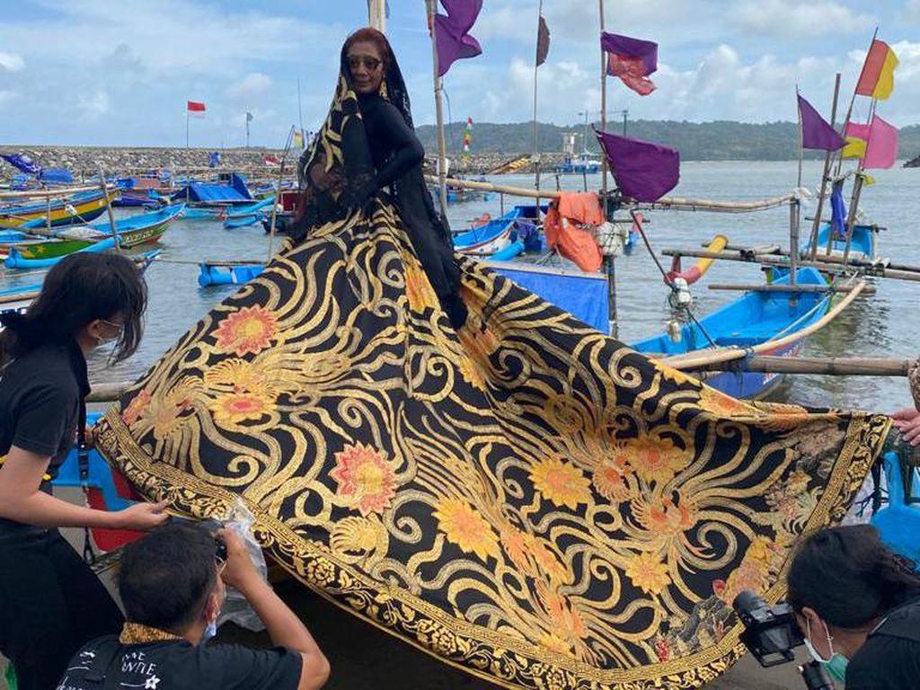 Gaya Susi Pudjiastuti Pemotretan Batik Anne Avantie di Perahu Nelayan