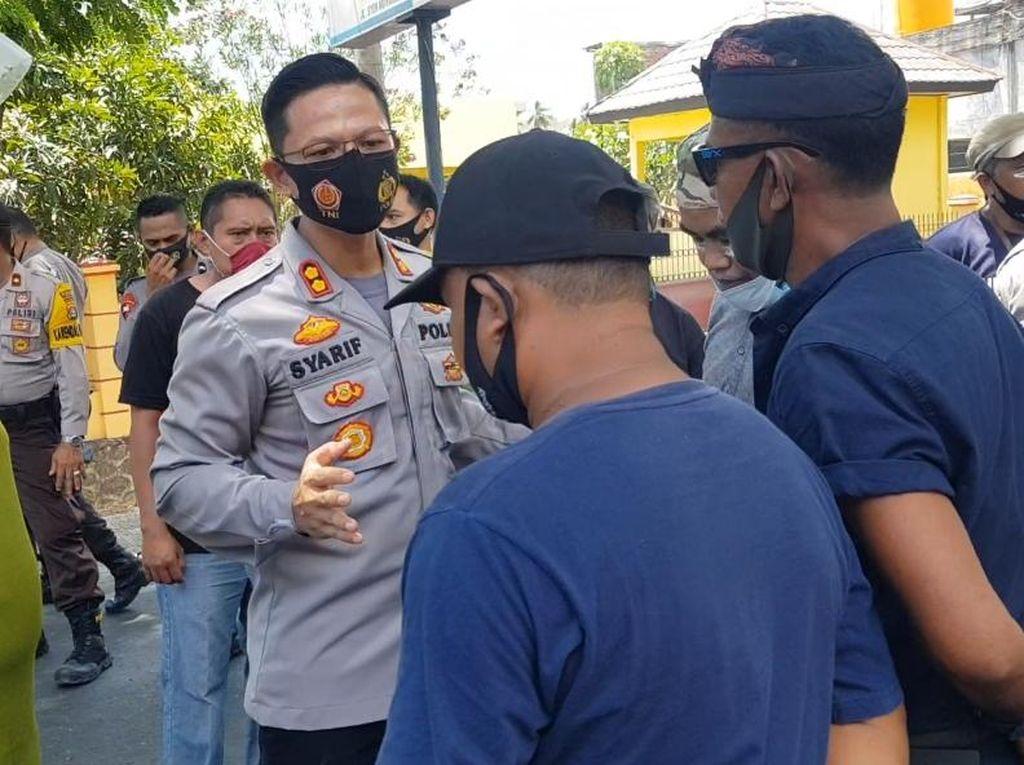 Polisi Bubarkan Massa Pendukung Paslon SUKA yang Ricuh di Bawaslu Dompu