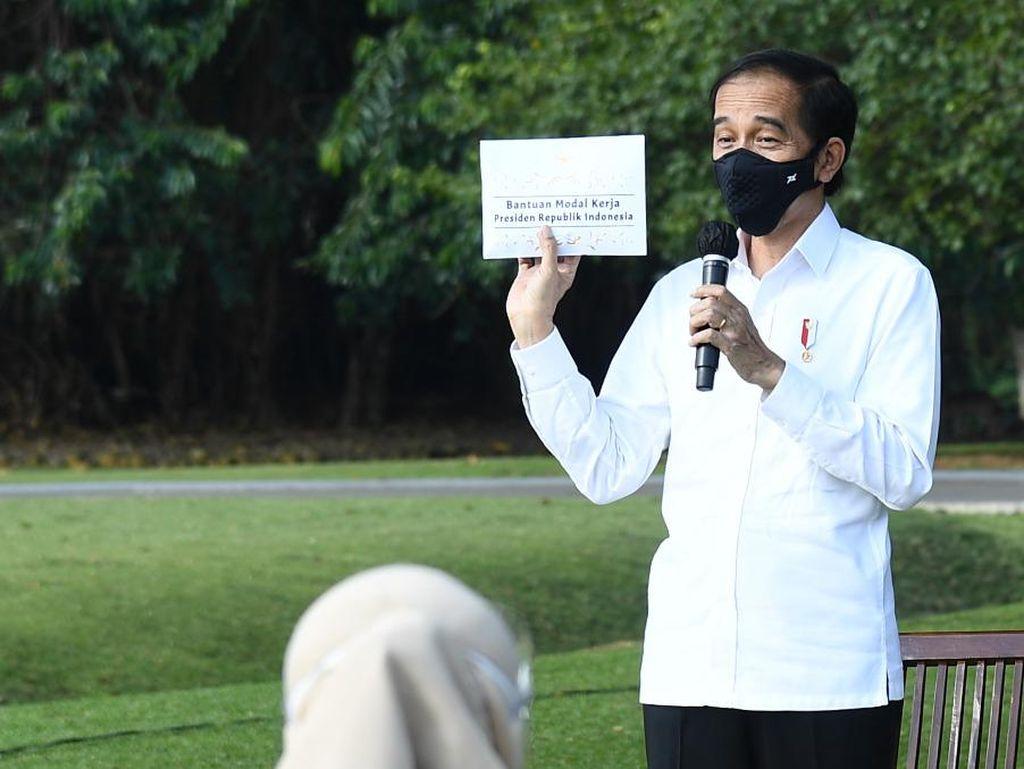 Terbang ke Kalteng, Jokowi Pamer Drone Bisa Tebar Pupuk