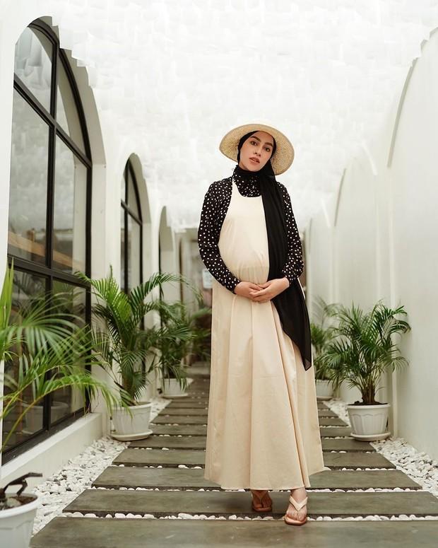 Potret cantik 'bumil' Aghnia Punjabi dengan long dress yang memesona.