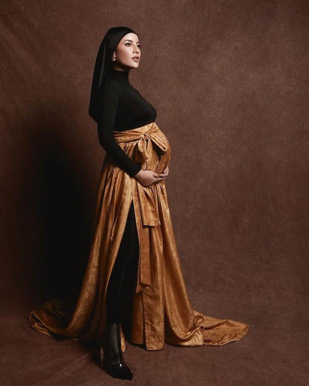 Potret maternity ala Aghnia Punjabi dengan dress yang cantik untuk ibu hamil.
