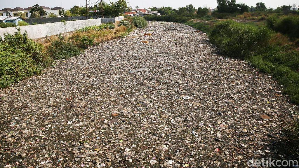 Jorok! Sungai di Bekasi Ini Dipenuhi Sampah