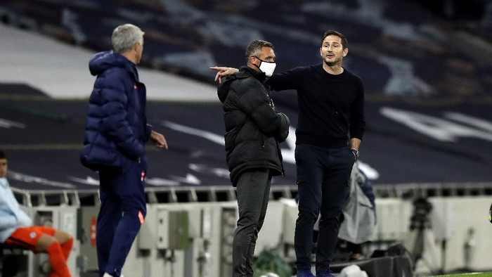 LONDON, ENGLAND - SEPTEMBER 29: Frank Lampard, Manager of Chelsea speaks with Jose Mourinho, Manager of Tottenham Hotspur during the Carabao Cup fourth round match between Tottenham Hotspur and Chelsea at Tottenham Hotspur Stadium on September 29, 2020 in London, England. Football Stadiums around United Kingdom remain empty due to the Coronavirus Pandemic as Government social distancing laws prohibit fans inside venues resulting in fixtures being played behind closed doors. (Photo by Matt Dunham - Pool/Getty Images)