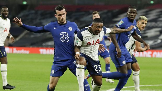 Tottenham's Steven Bergwijn, right, reacts as he is tackled by Chelsea's Ben Chilwell, left, during the English League Cup fourth round soccer match between Tottenham Hotspur and Chelsea at Tottenham Hotspur Stadium in London, England, Tuesday, Sept. 29, 2020.(Matt Dunham/Pool via AP)