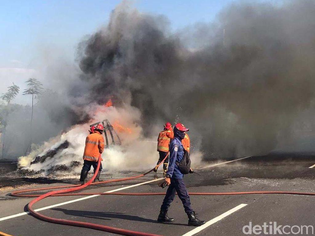 Truk Muat Sampah Karet Hangus Terbakar di Tol Sidoarjo