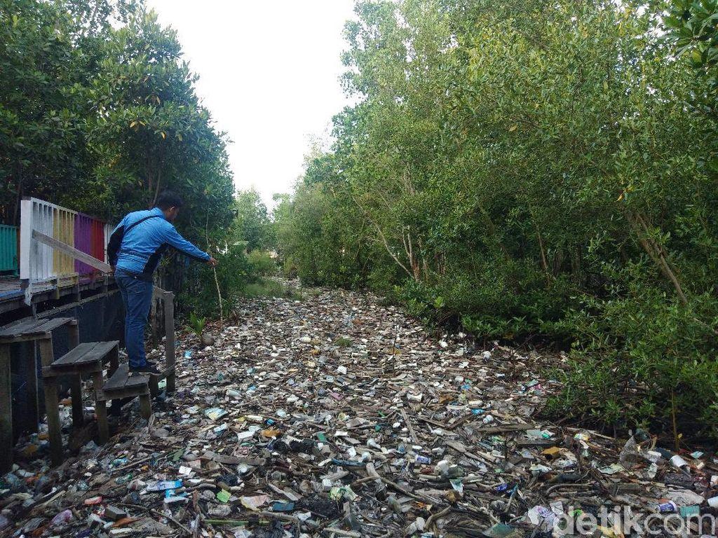 Tumpukan Sampah Penuhi Taman Mangrove Pantai Bontang Timbulkan Bau Busuk