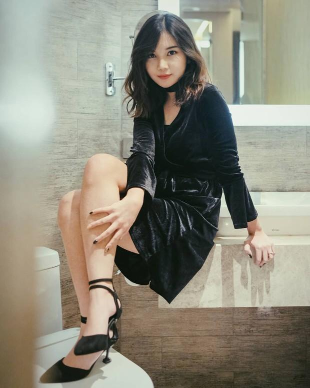 Mengenakan outfit serba hitam, Yuriva terlihat sangat ciamik