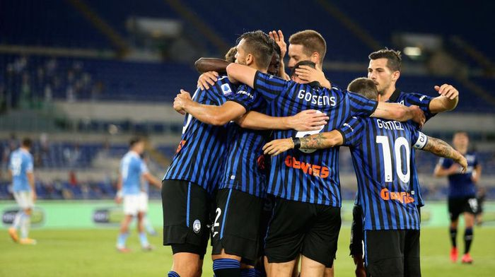 ROME, ITALY - SEPTEMBER 30:  Hans Hateboer with his teammates of Atalanta BC celebrates after scoring the teams second goal during the Serie A match between SS Lazio and Atalanta BC at Stadio Olimpico on September 30, 2020 in Rome, Italy.  (Photo by Paolo Bruno/Getty Images)