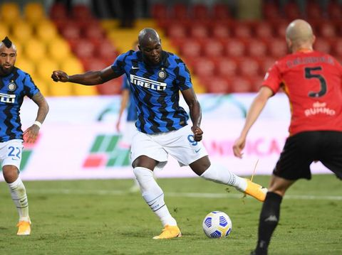 BENEVENTO, ITALY - SEPTEMBER 30: Romelu Lukaku of FC Internazionale scores the 0-3 goal during the Serie A match between Benevento Calcio and FC Internazionale at Stadio Ciro Vigorito on September 30, 2020 in Benevento, Italy. (Photo by Francesco Pecoraro/Getty Images)