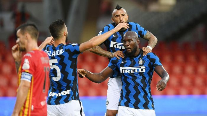 BENEVENTO, ITALY - SEPTEMBER 30: Romelu Lukaku, Arturo Vidal and Roberto Gagliardini of FC Internazionale celebrate the 0-3 goal scored by Romelu Lukaku during the Serie A match between Benevento Calcio and FC Internazionale at Stadio Ciro Vigorito on September 30, 2020 in Benevento, Italy. (Photo by Francesco Pecoraro/Getty Images)