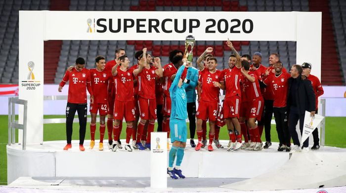 MUNICH, GERMANY - SEPTEMBER 30: Manuel Neuer of Bayern Munich lifts the Supercup 2020 as he celebrates with his team mates after the Supercup 2020 match between FC Bayern Muenchen and Borussia Dortmund at Allianz Arena on September 30, 2020 in Munich, Germany.  (Photo by Alexander Hassenstein/Getty Images )