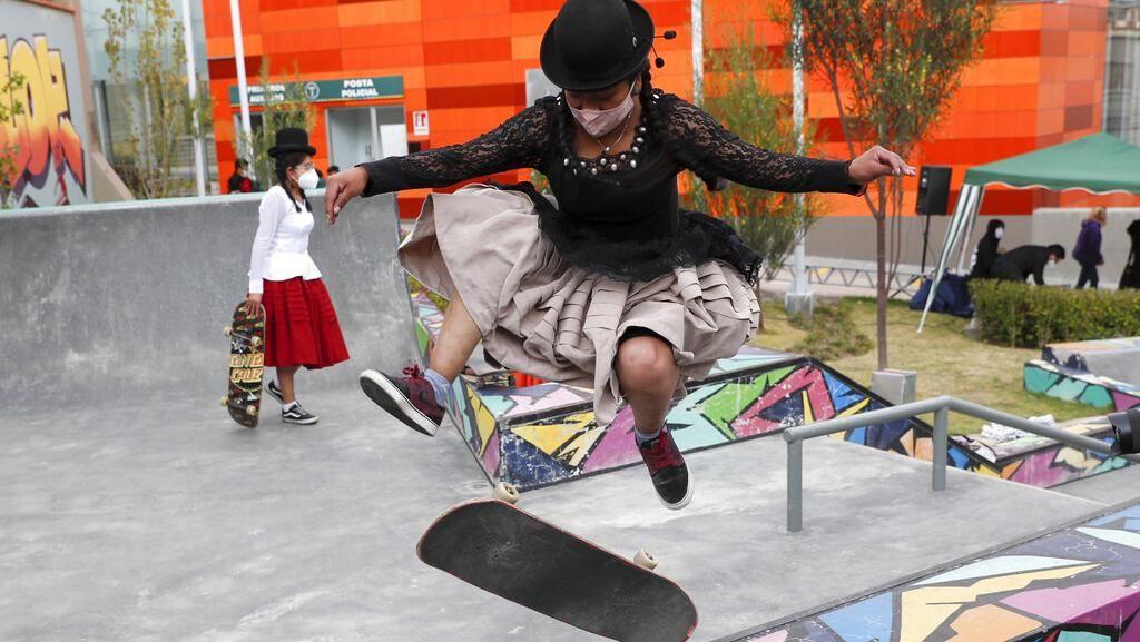 Aksi Anak Muda Bolivia Main Skateboard Pakai Baju Tradisional