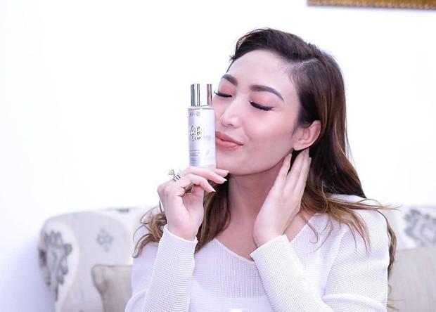 Cara pakai dari Ms Glow Deep Essence Treatment ini cukup mudah. Ambil beberapa tetes kemudian usapkan ke bagian wajah secara merata.