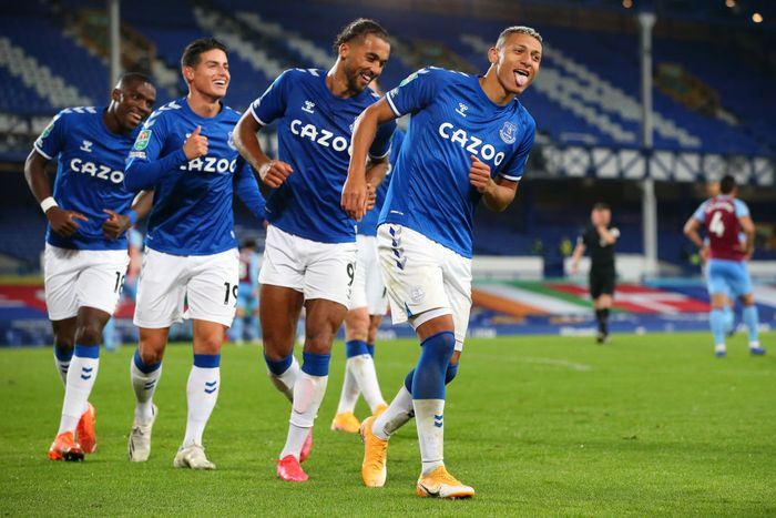 LIVERPOOL, ENGLAND - SEPTEMBER 30: Richarlison of Everton celebrates with teammates after scoring his sides second goal during the Carabao Cup fourth round match between Everton and West Ham United at Goodison Park on September 30, 2020 in Liverpool, England. Football Stadiums around United Kingdom remain empty due to the Coronavirus Pandemic as Government social distancing laws prohibit fans inside venues resulting in fixtures being played behind closed doors. (Photo by Alex Livesey/Getty Images)