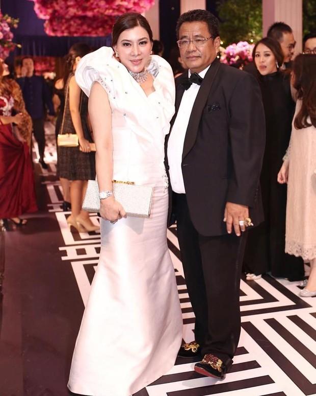 Sama dengan Hotman Paris, Nurbaini Janah, asisten pribadinya juga memiliki gaya hidup mewah serta kerap mengenakan barang branded.