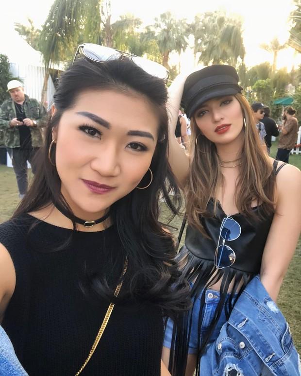 Theresa Wienathan merupakan asisten pribadi artis cantik Nia Ramadhani. Keduanya terlihat akrab layaknya seorang sahabat.