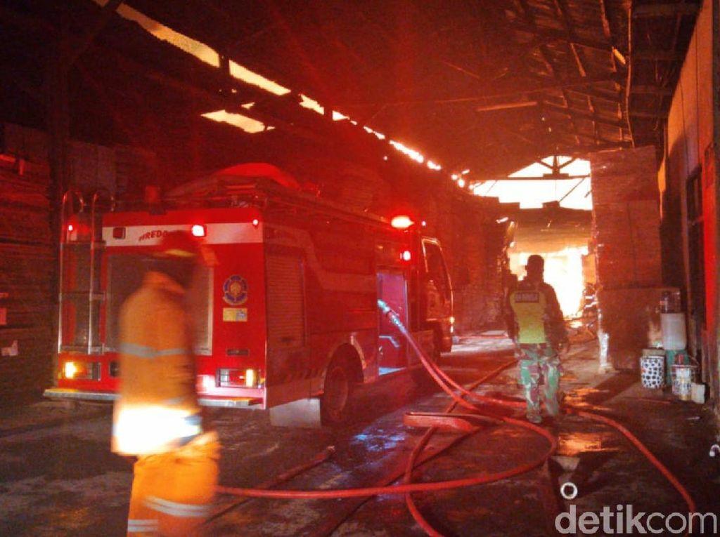 2 Petugas Terluka Saat Padamkan Api di Pabrik Pengolahan Kayu Sukabumi