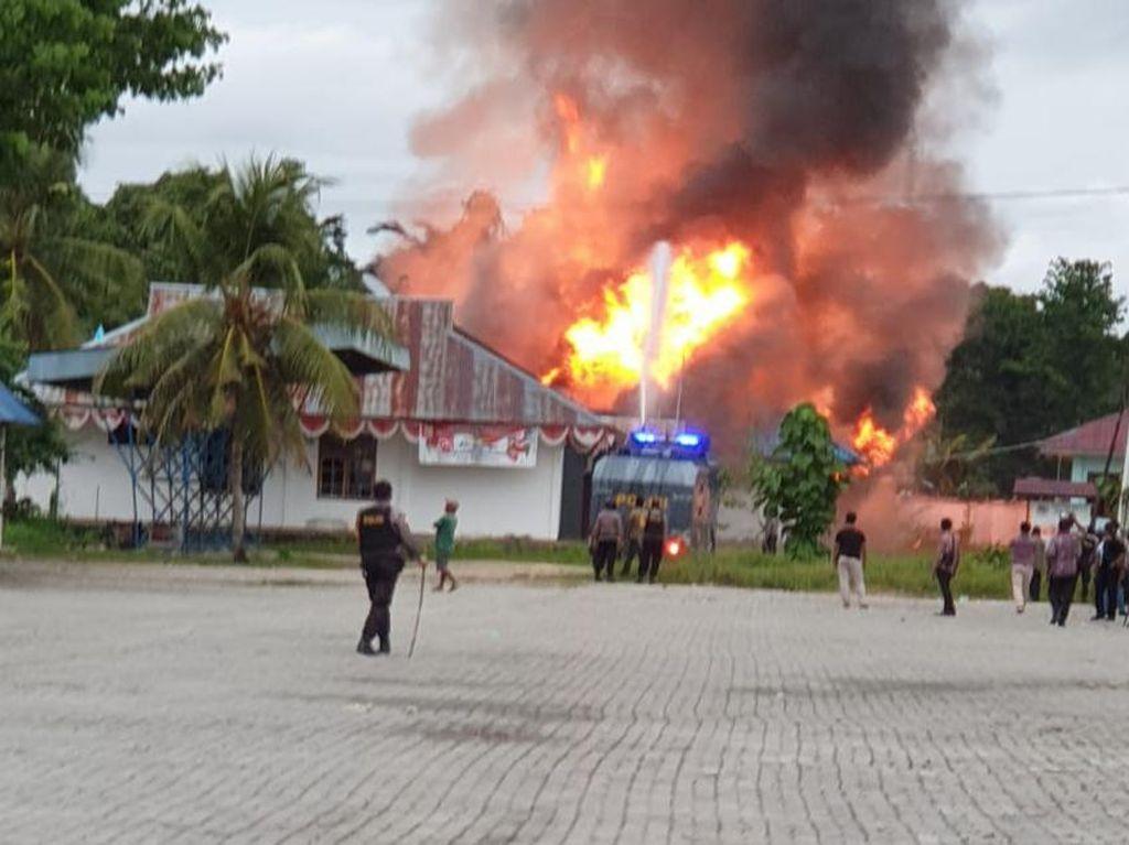 Kecewa Seleksi CPNS Bikin Warga Bakar Kompleks Bupati Keerom Papua