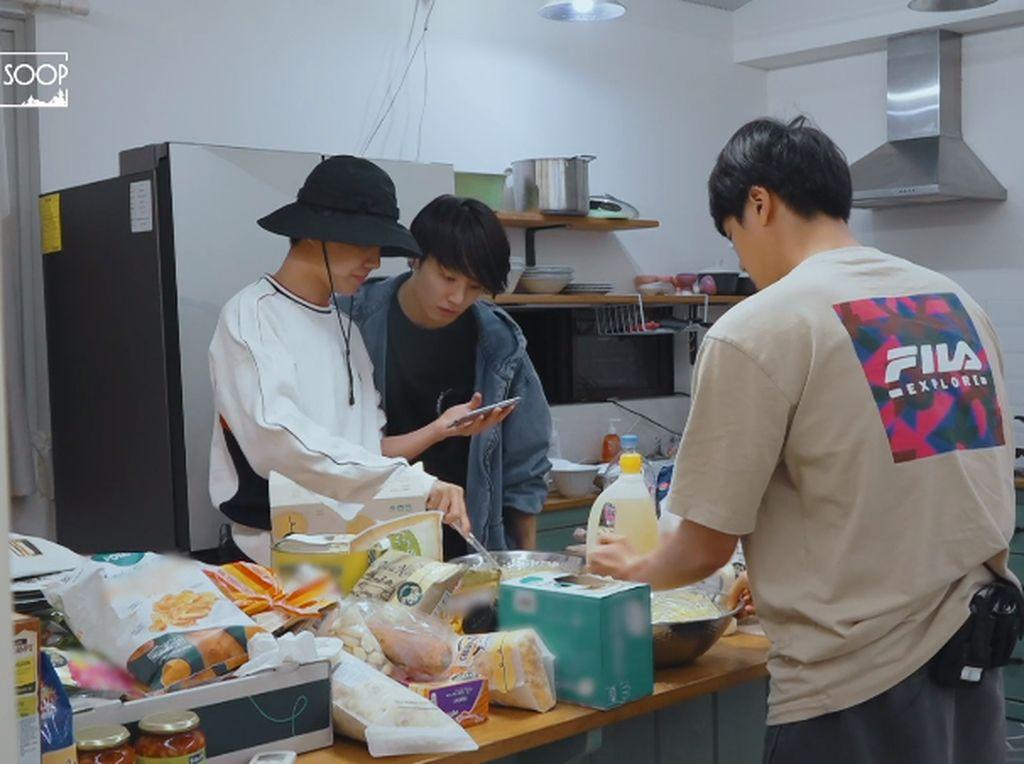 Member BTS Bisa Masak Ayam Goreng Korea, Ini Buktinya!