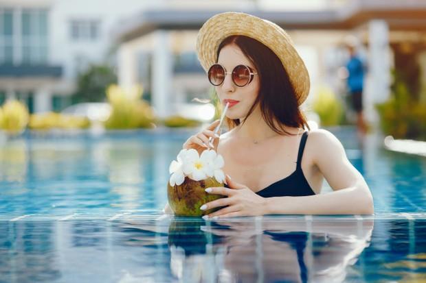 Mitos kehamilan, minum air kelapa saat hamil bikin kulit bayi putih bersih