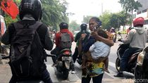 Potret Ibu Gendong Anak Saat Ngamen di Jalanan