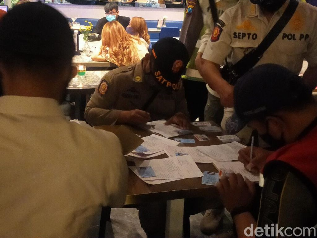 Razia Gioi and Plantery Surabaya, Petugas Diomeli Tamu yang Mabuk
