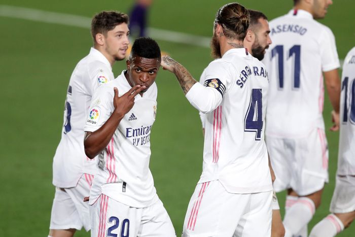 MADRID, SPAIN - SEPTEMBER 30: Vinicius Junior of Real Madrid celebrates with his team mates after scoring his teams first goal during the La Liga Santander match between Real Madrid and Real Valladolid CF at Estadio Santiago Bernabeu on September 30, 2020 in Madrid, Spain. Football Stadiums around Europe remain empty due to the Coronavirus Pandemic as Government social distancing laws prohibit fans inside venues resulting in fixtures being played behind closed doors. (Photo by Gonzalo Arroyo Moreno/Getty Images)