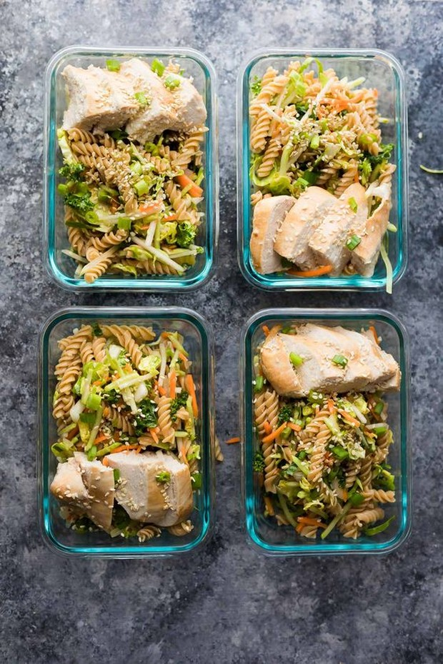 Perpaduan antara salad, pasta, dan ayam yang sangat segar dan baru saat disantap.