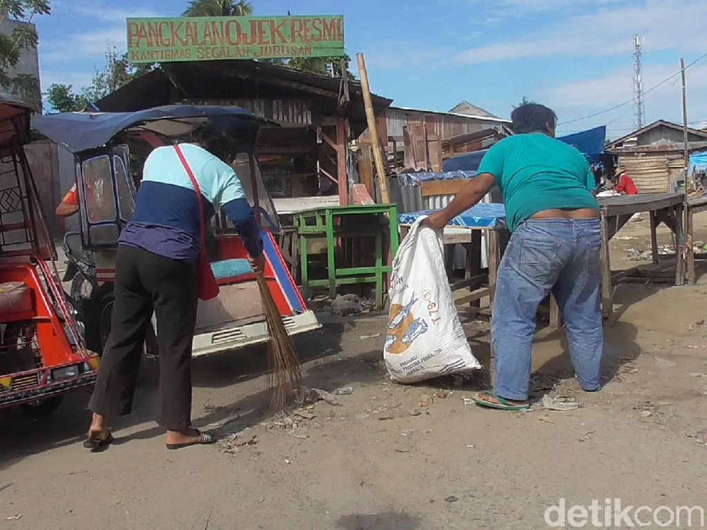 Kedapatan Tak Bermasker, Warga di Polman Sulbar Disanksi Bersihkan Pasar
