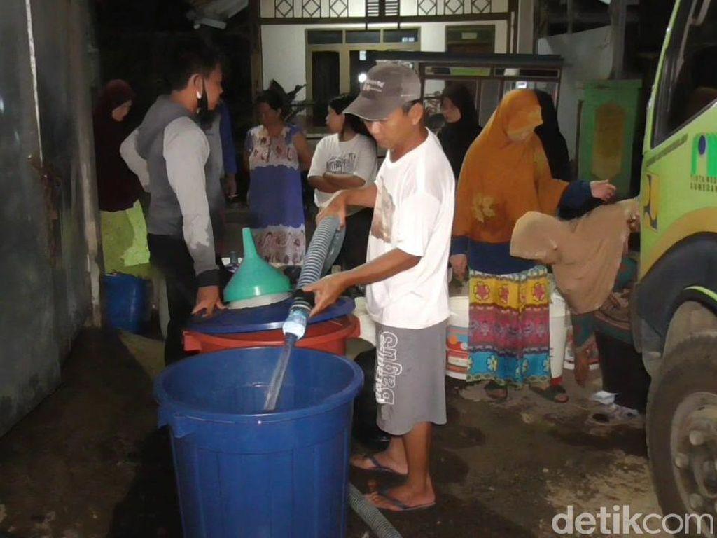 Kekeringan, Ratusan Warga Sumedang Rela Antre Air Bersih Malam-malam