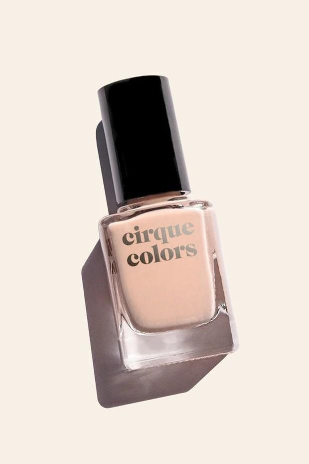 Warna nude ini ideal digunakan untuk mereka yang memiliki warna kulit terang hingga sedang.
