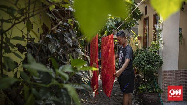 Pengrajin menyelesaikan proses pembuatan motif batik di Rumah Batik Betawi Terogong, Jakarta, Jumat, 2 Oktober 2020. Pemerintah menetapkan tanggal 2 Oktober sebagai Hari Batik Nasional setelah UNESCO mengakui batik sebagai karya agung warisan budaya manusia dan lisan pada tahun 2009 silam. CNN Indonesia/Bisma Septalisma