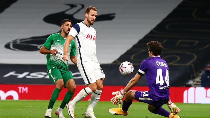 LONDON, ENGLAND - OCTOBER 01: Harry Kane of Tottenham Hotspur  scores his teams sixth goal  during the UEFA Europa League play-off match between Tottenham Hotspur and Maccabi Haifa at Tottenham Hotspur Stadium on October 01, 2020 in London, England. Football Stadiums around Europe remain empty due to the Coronavirus Pandemic as Government social distancing laws prohibit fans inside venues resulting in fixtures being played behind closed doors. (Photo by Clive Rose/Getty Images)